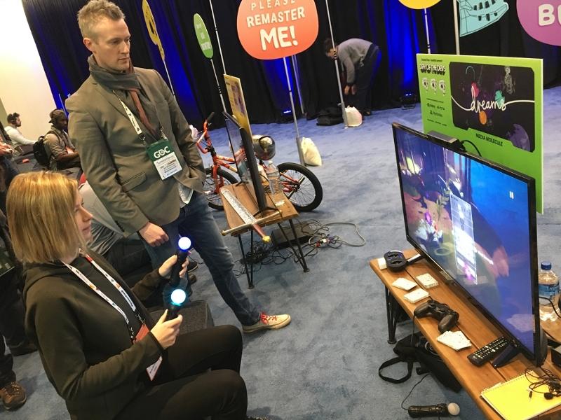 Eine Frau spielt auf der Game Developers Conference
