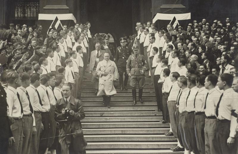 """Josef Bürckel. """"Reichskommissar für die Wiedervereinigung Österreichs mit dem Reich"""", verlässt am 17. 3. 1938 nach einer Kundgebung die Wiener Universität"""