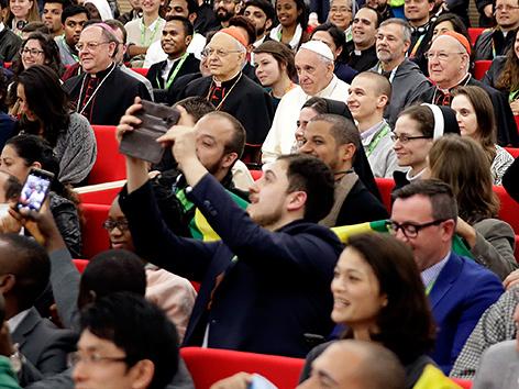 Papst Franziskus bei einem Gespräch mit mehreren Hundert Jugendlichen und jungen Erwachsenen