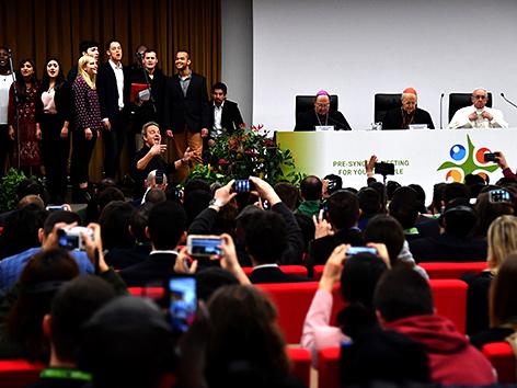 Papst Franziskus bei einem Treffen mit Jugendlichen