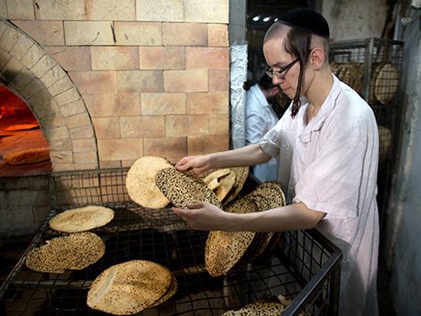 Ein orthodoxer Jude beim Backen des Pessach-Brotes