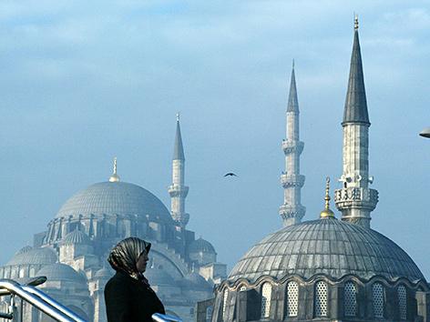 Eine Frau vor einer Moschee in Istanbul