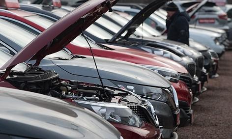 Gebrauchtwagen bei einem Autohändler