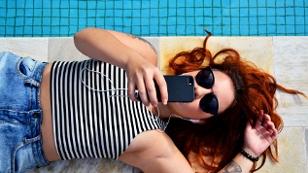 Frau liegt am Pool