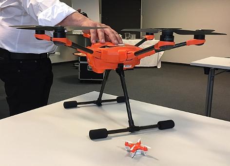 Eine Mini-Drohne und eine Drohne der Mittelklasse