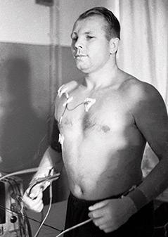 Juri Gagarin mit nacktem Oberkörper bei einem Test