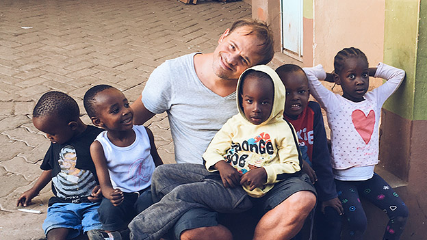 Leo Aberer mit Kindern in Kenia