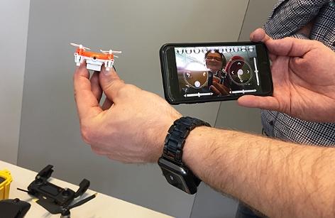 Mini-Drohne und Handydisplay