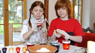 Kinder färben Ostereier