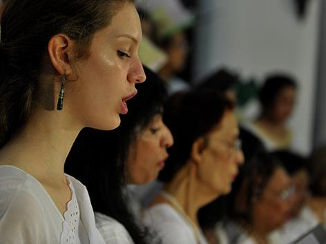 Frauen singen in einem Kirchenchor