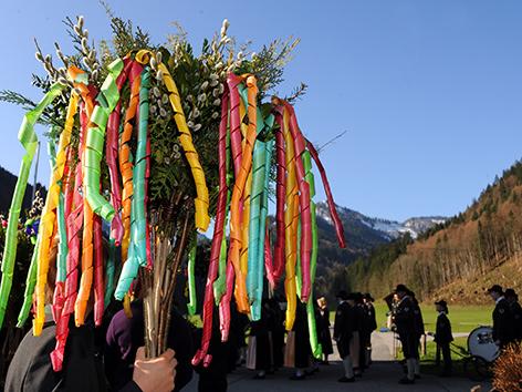 Ein Palmzweigbusch mit bunten Verzierungen