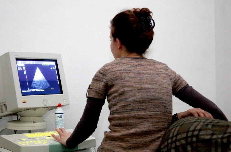 Frau bei einer Ultraschall-Untersuchung