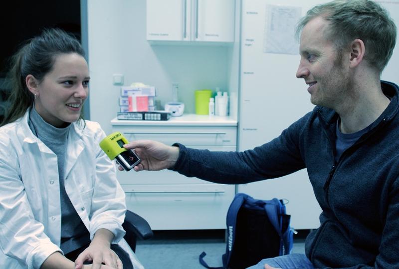 Chris Cummings mit Ärztin