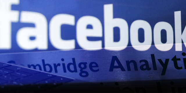 Schriftzüge von Facebook und Cambridge Analytica