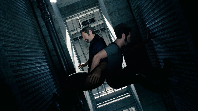 Leo und Vincent klettern Rücken an Rücken in einem Schacht