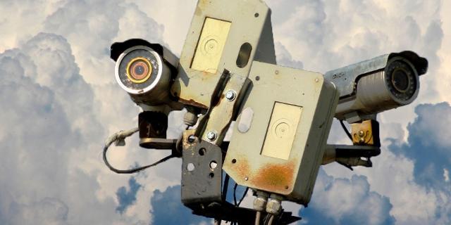 Viele Überwachungskameras vor Wolkenfront