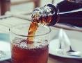 Esstisch: Softdrink in einem Glas