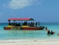 Touristenboot vor einem Strand auf den Philippinen