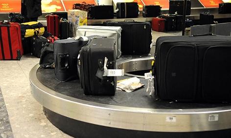 Gepäckstücke auf einem Förderband am Wiener Flughafen