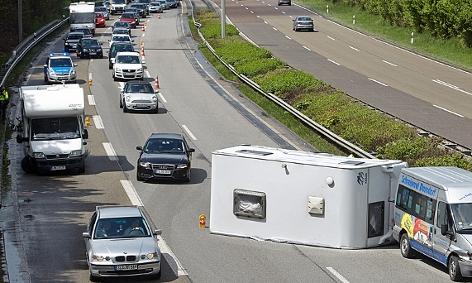 Ein umgestürzter Wohnwagen auf einer Autobahn in Deutschland