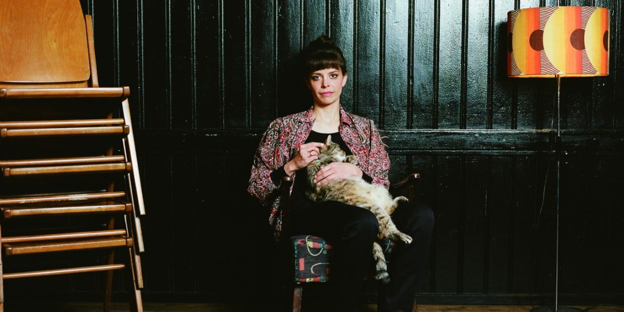 Portraitfoto Clara Luzia mit Katze am Schoß