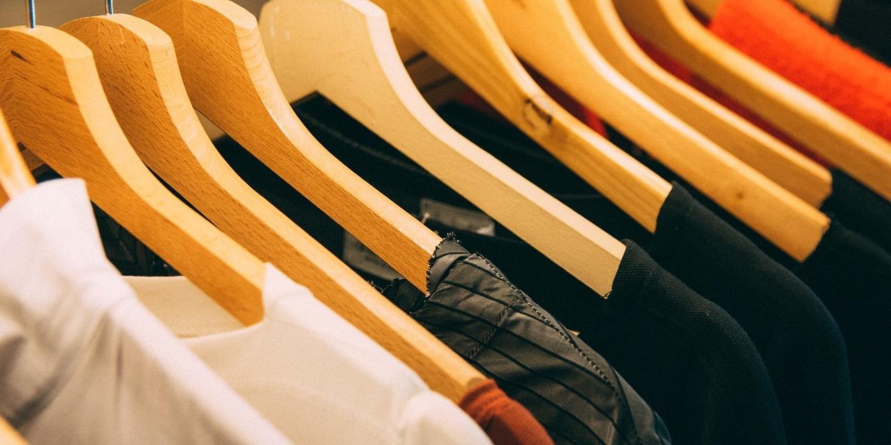 Kleidung auf Kleiderhaken