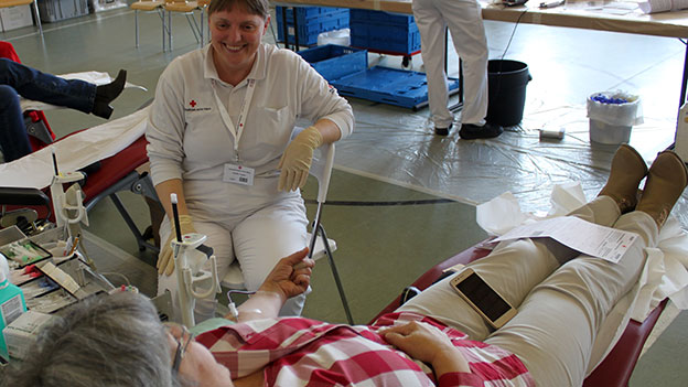 Sabine Schierhuber beim Blutspenden
