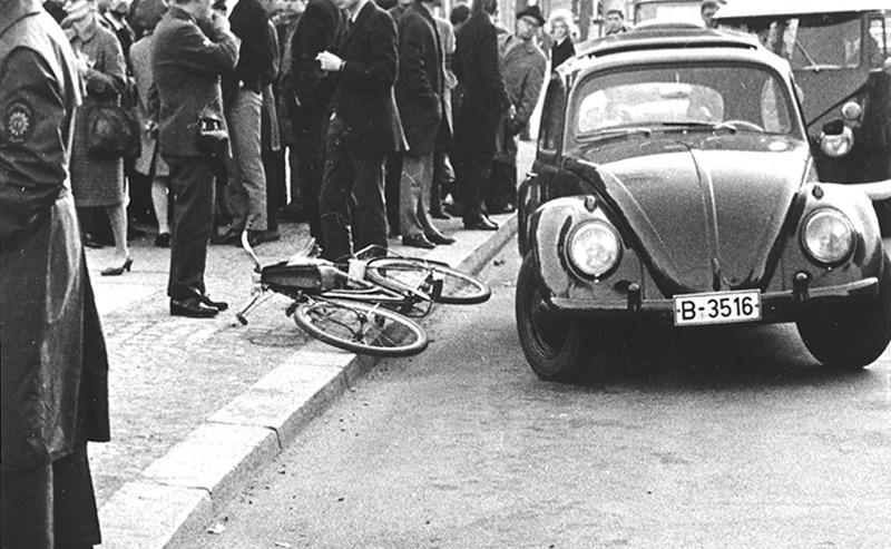 Der Ort des Attentats am Berliner Kurfürstendamm, mit Rad und Aktentasche von Dutschke