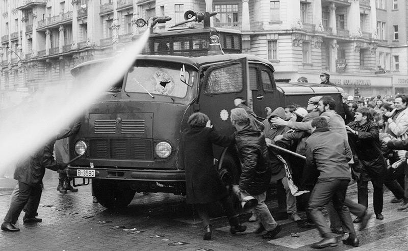 Demonstration nach dem Dutschke-Attentat: Linke Studenten kämpfen mit einem Wasserwerfer der Berliner Polizei