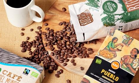 Kaffeetasse Packungen und Bohnen - Symbolbild