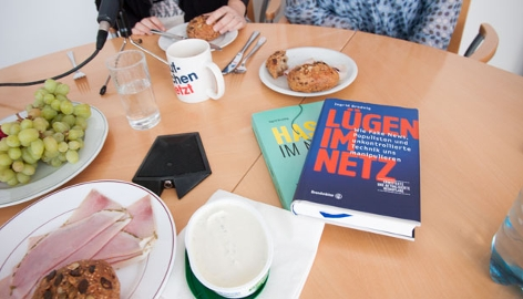 Ingrid Brodnig frühstückt mit Claudia Stöckl