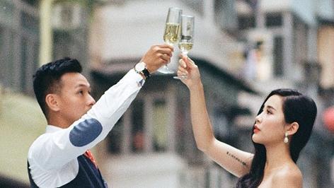 Chinesisches Paar prostet einander zu