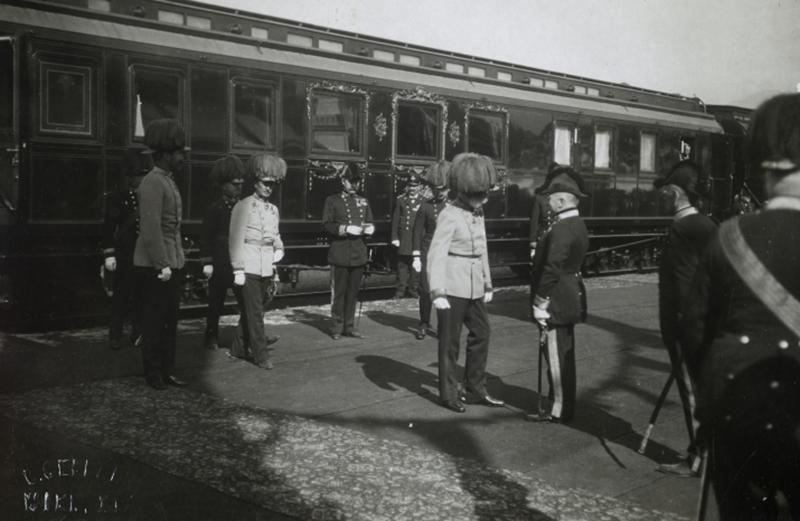 Kaiser Franz Joseph I. vor dem Hofzug