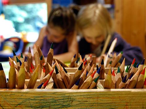 Buntstifte in einem Behälter im Kindergarten