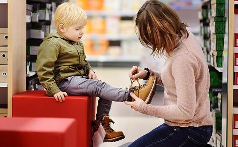 Kind in einem Schuhgeschäft