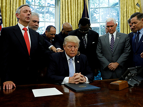 US-Präsident Donald Trump und evangelikale religiöse Führer im Gebet im Oval Office des Weißen Hauses (September 2017)