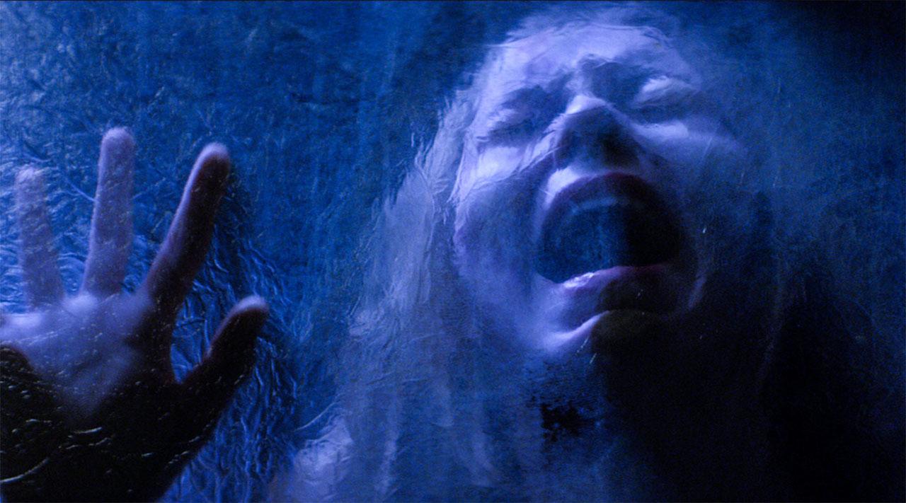 Eine schreiende Frau hinter einer Folie