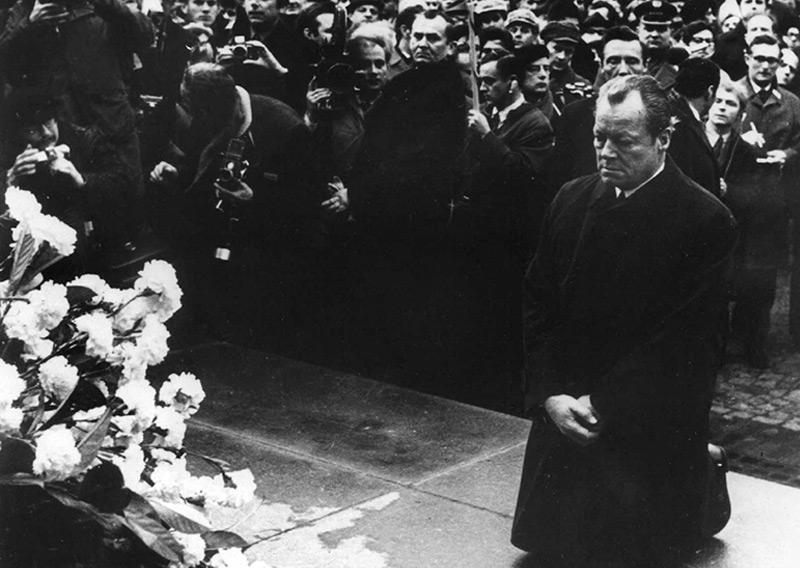 Bundeskanzler Willy Brandt kniet am 7. Dezember 1970 vor dem Mahnmal im einstigen jüdischen Ghetto in Warschau, das dem Ghetto-Aufstand  gewidmet ist