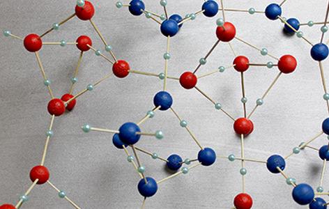 Modell von Eis VI, die großen roten und blauen Kugeln stellen Sauerstoff-Atome, die kleinen Kugeln Wasserstoff-Atome dar