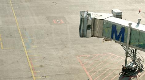 Eine wegen Streiks nicht verwendete Flugbrücke an einem Flughafen