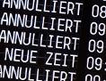 Eine Anzeigetafel an einem Flughafen mit gestrichenen Flügen