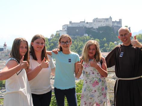 Carolina, Theresa, Sophia und Christina waren zu Besuch bei den Kapuzinern. Bruder Hans führte sie durch das Kloster