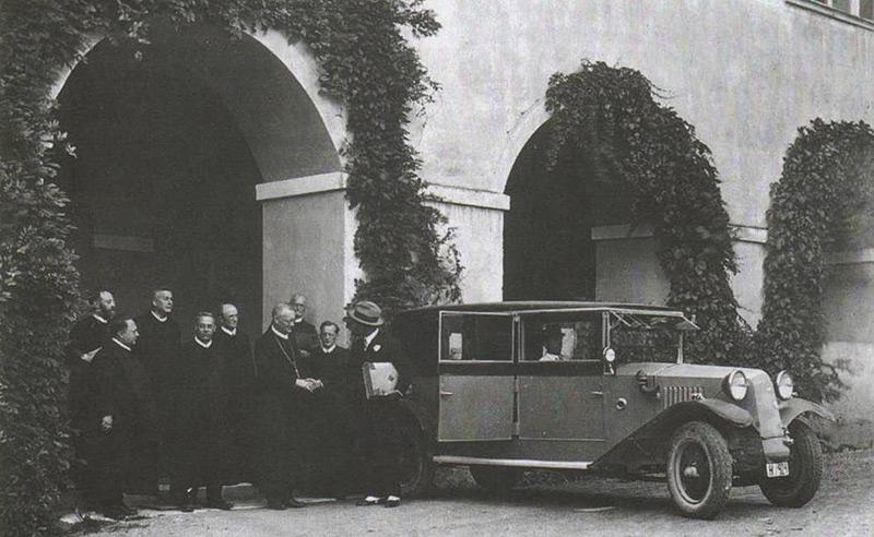 Historische Aufnahme: Benediktiner vor ihrem Stift, Sankt Paul im Lavanttal