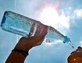 Eine Frau trinkt aus einer Wasserflasche