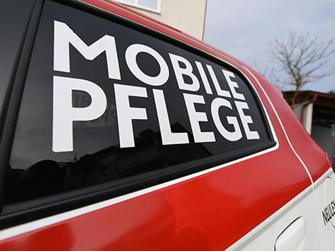 Ein Auto  mit der Aufschrift: Mobile Pflege