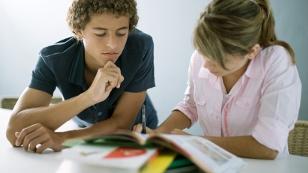 Zwei Teenager beim Lernen