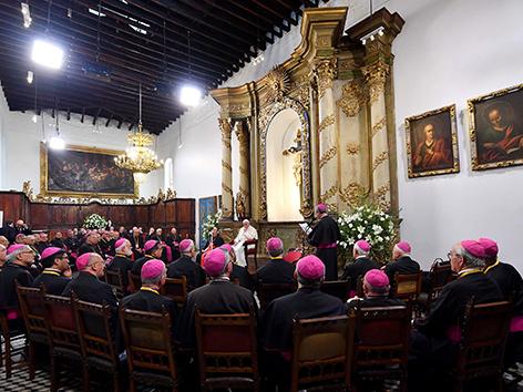 Papst Farnziskus mit Bischöfen bei seinem Besuch in Chile im Jänner 2018