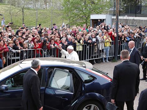 Papst Franziskus winkt Gläubigen nach einem Besuch einer Gemeinde in Rom