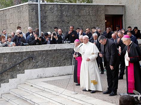 Papst Franziskus segnet Gläubige nach einem Besuch einer Gemeinde in Rom