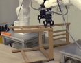 Roboter bei der Montage eines Holzstuhles